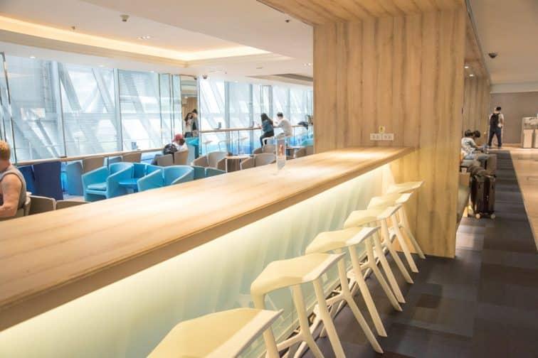 バンコクエアウェイズのラウンジの充電ができるテーブルと座席