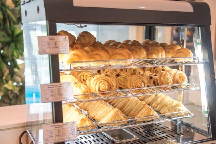 バンコクエアウェイズのラウンジで頂けるパンやパイ