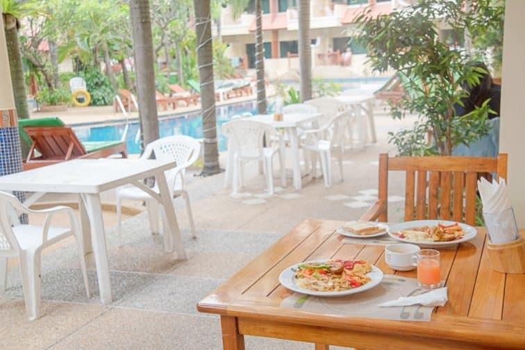 バウマンブリホテルのプールサイドでの朝食