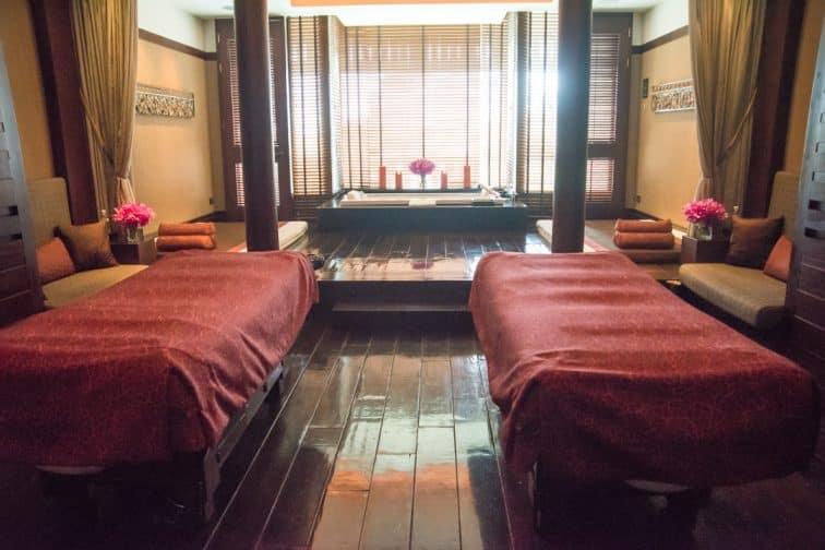 別館となっているペニンシュラスパのジャグジー付きのカップルルーム