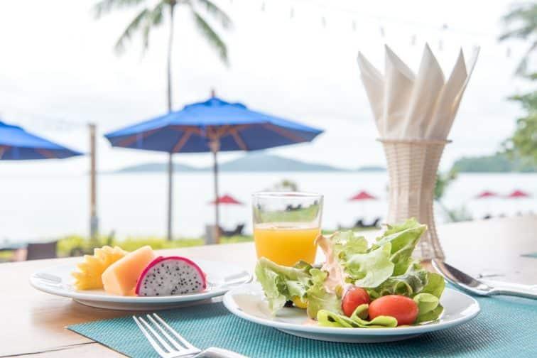 ヴィジットリゾートの朝食(フルーツとサラダとオレンジジュース)