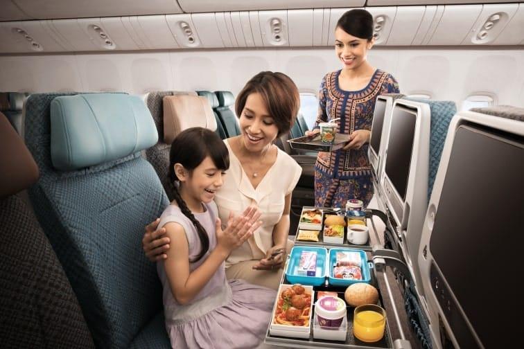シンガポール航空エコノミークラスの食事の様子