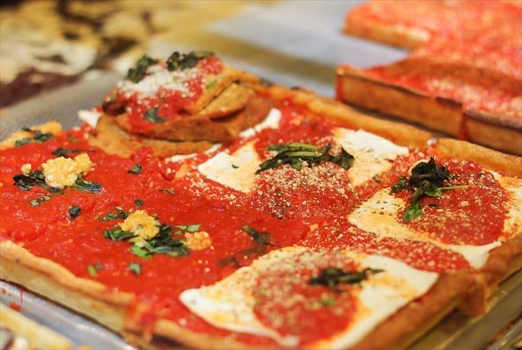 四角い形をしたシシリアン・ピザ