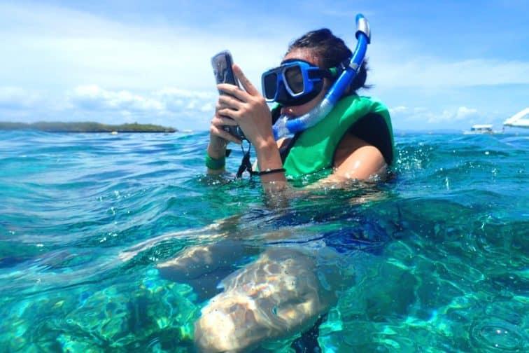 スマホを防水ケースに入れて水中写真も撮り放題!