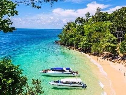 ピピ島のビーチに船が2隻とまっている風景