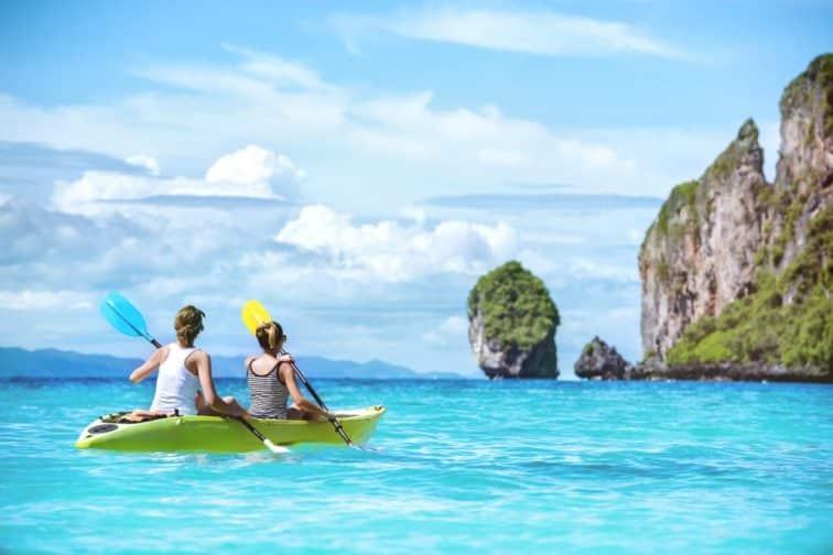 ピピ島でカヤックをしている人の後ろ姿