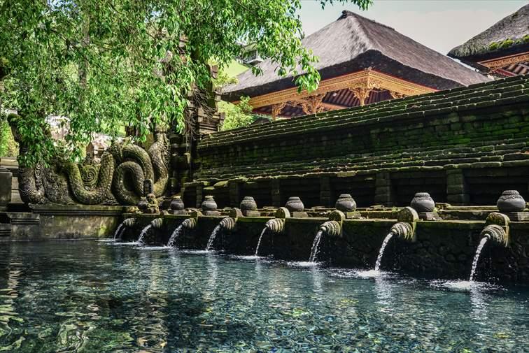 ティルタエンプル寺院の聖なる泉
