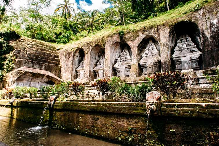 王家の墓とされている「グヌン・カウィ」