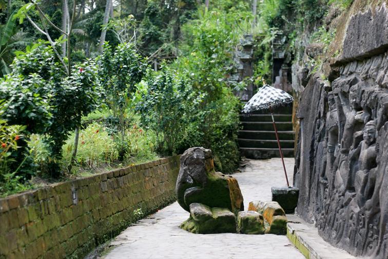 プクリサン川周辺の村のライステラスの中にある「イエ・プル遺跡」