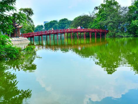 ハノイの象徴的な橋「ホアンキエム湖のフク橋 (赤い橋)」