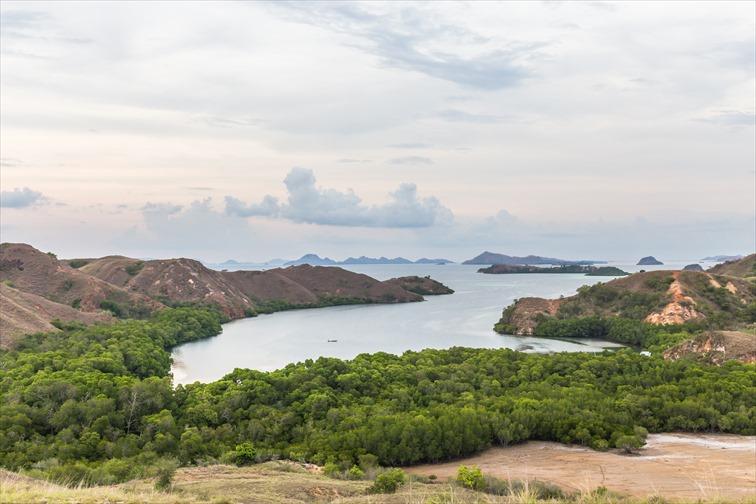 頂上には島々を一望できる展望エリアがある
