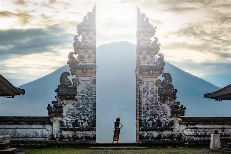 プナタラン・アグン寺院の美しい割れ門