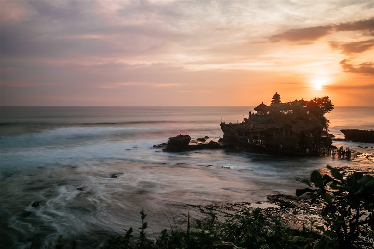 沈む夕陽とともに見られるタナロット寺院の美しいシルエット