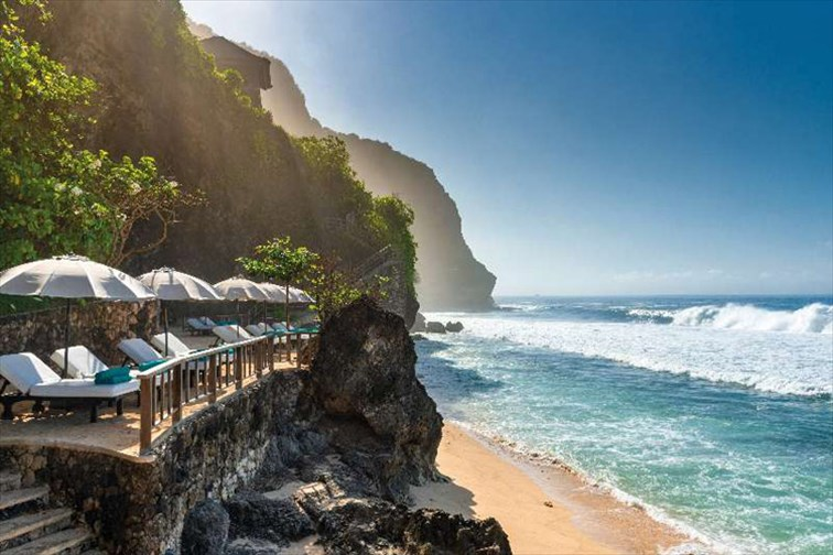ダイナミックな景色のビーチクラブ