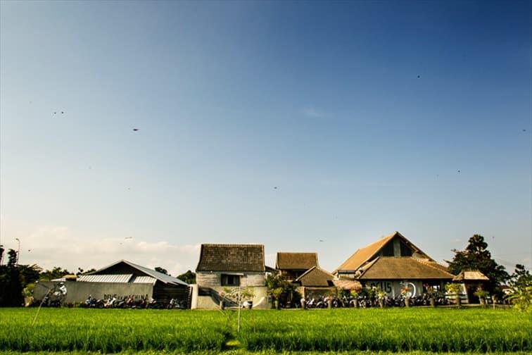 チャングーの田園に建つカフェ「デウス・エクス・マキナ・バリ」