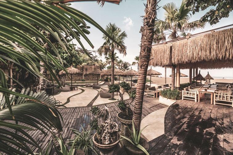 スミニャックのビーチ沿いにある「マノ・ビーチハウス」