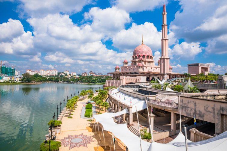 マレーシアのピンクモスクの全景