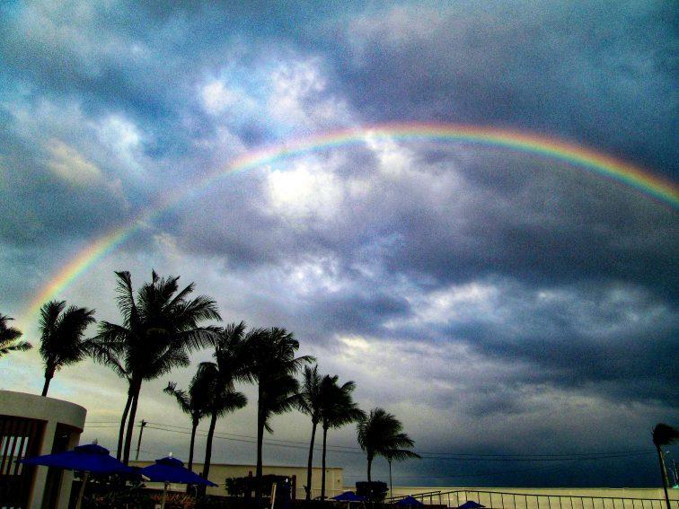 虹がかかったビーチサイド