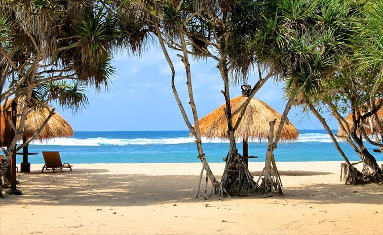 ヌサドゥアの南国リゾートらしい白砂のビーチ