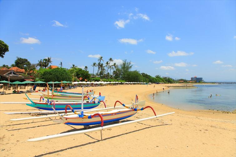 サヌールのジュクンのあるビーチ