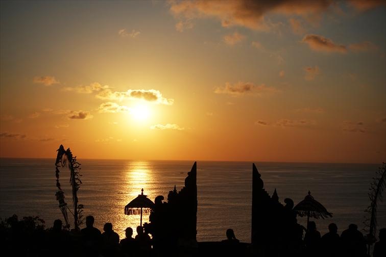 夕陽とインド洋を背にしたケチャックダンスは圧巻