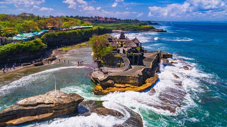 海に浮かぶように岩の上に建つタナロット寺院