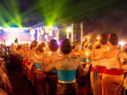 コムローイ祭りでの伝統舞踏のショー