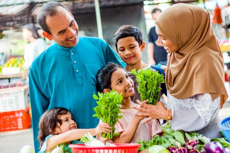 マレーシア人の家族が買い物をしている様子