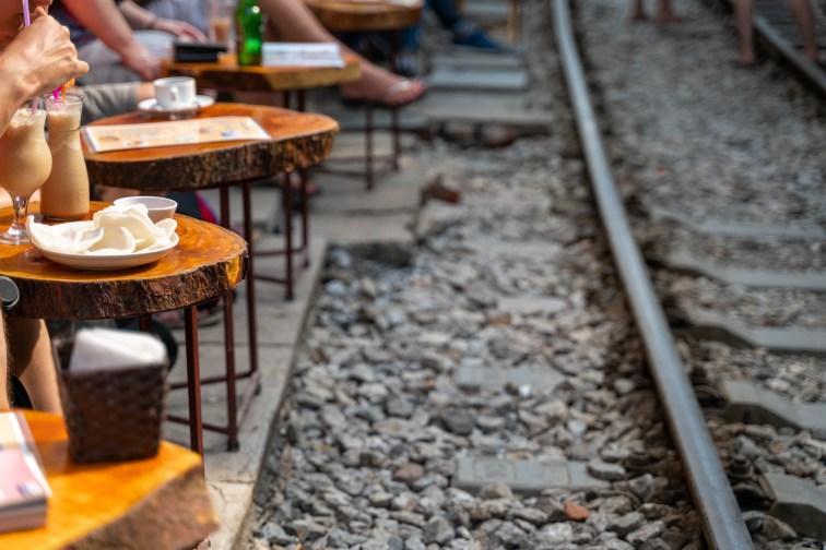 ベトナム・ハノイの線路カフェ