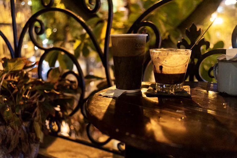 2階の小さなテラスでいただく甘いベトナムコーヒーはいかが?