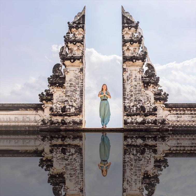 幻想的な天空の寺院「ランプヤン寺院」のバリスタイルの割れ門