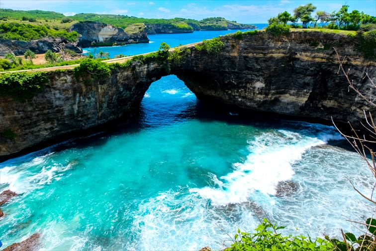 紺碧のブルーが美しいブロークンビーチ