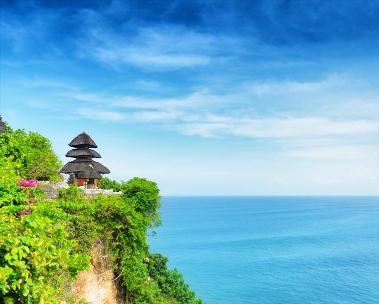 断崖絶壁の上に建つウルワツ寺院