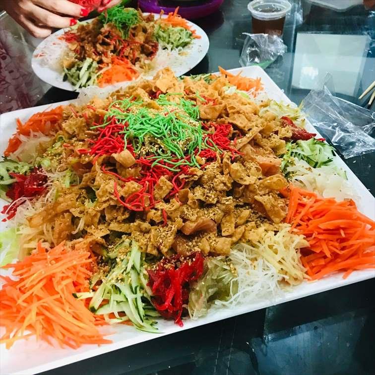 新年を祝う料理「イーサン(魚生)」