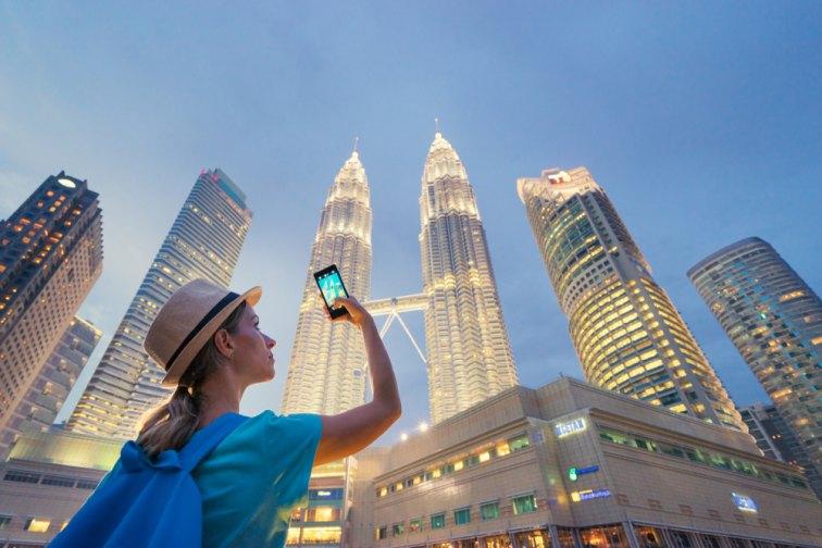マレーシアのツインタワーを撮影している観光客
