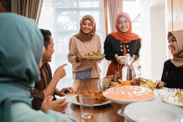 マレーシア人の笑顔が素敵な女性2名と友人グループ