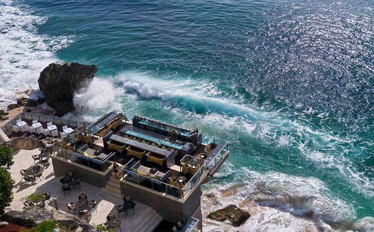 世界的にも人気の岩の上にあるバー、ロックバーのあるホテルでも有名