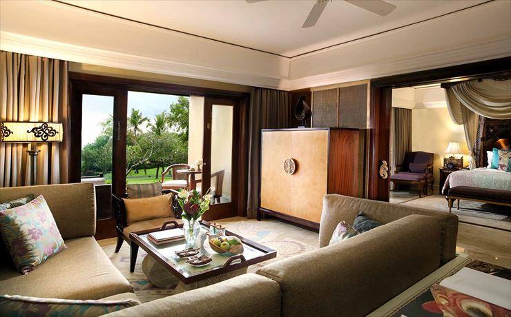 客室はゴージャスなバリ風の家具と伝統的なバリ彫刻の装飾が美しい上品なお部屋