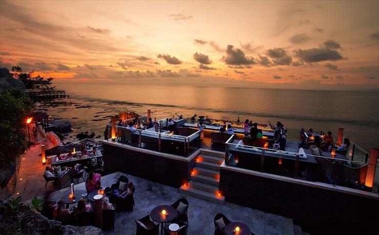 ンド洋の壮大な眺めのロックバーでバリの夕日を堪能