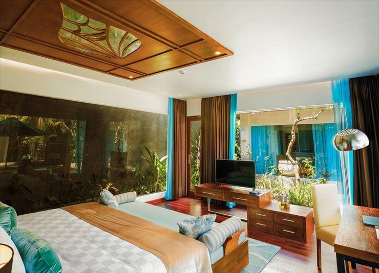 ヴィラタイプの部屋。木のインテリアに爽やかなターコイズブルーをアクセントにした高級感のあるデザイン