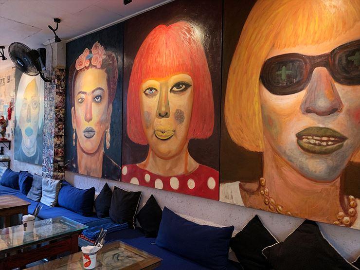 カフェに入ると壁に描かれた著名人の肖像画が