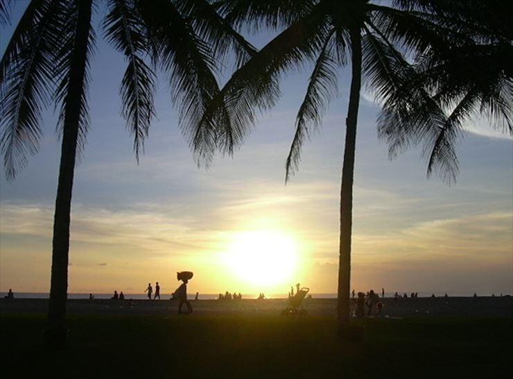 刻々と変わる夕日と日常のバリ島の光景