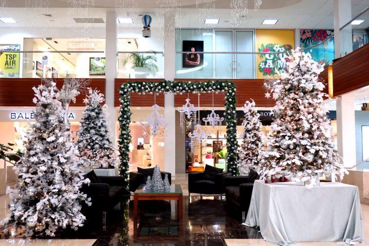 クリスマス一色になった待合スペース