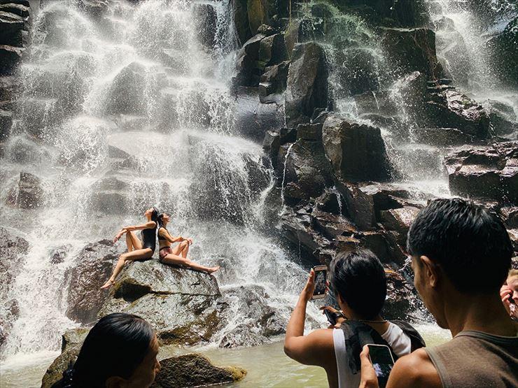 現地の村人がサービスで写真撮影を手伝ってくれることも