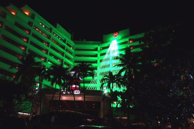 ホテルをつたうイルミネーションのライト