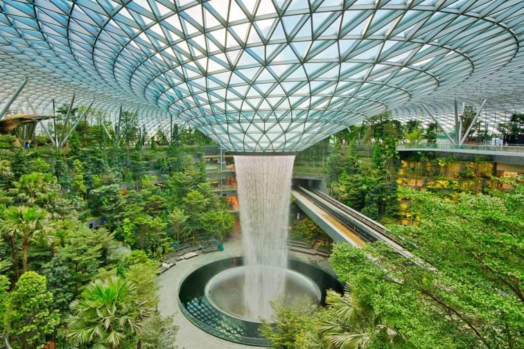 チャンギ空港の人工滝Rain vortex at Jewel Changi Airport