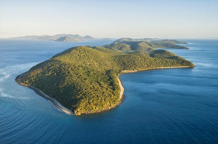 周辺が美しいサンゴ礁に囲まれた緑豊かな「オルフェウス島」