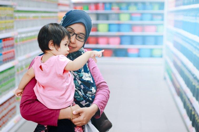 スーパで商品を選ぶマレーシアの親子