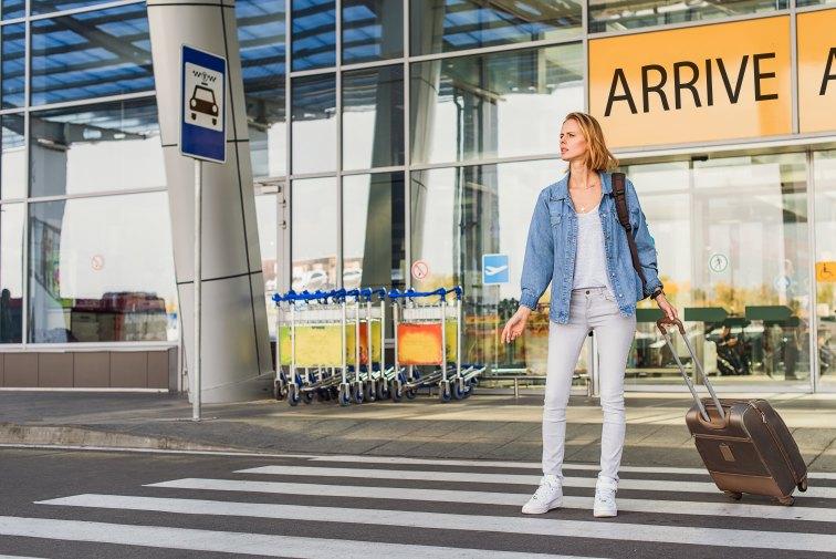 空港でタクシーを待つ女性