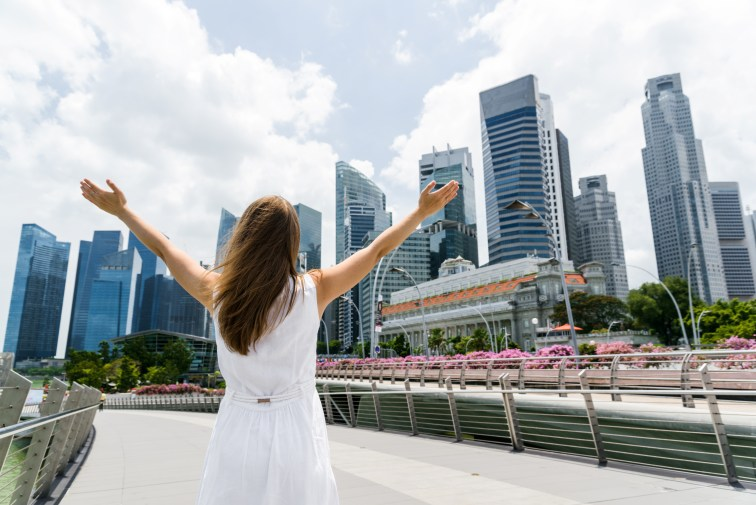シンガポールのダウンタウンで両手を広げる女性